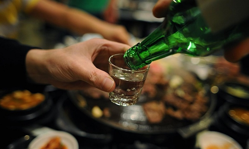Nằm mơ thấy uống rượu đánh đề con gì? Uống rượu là số mấy?